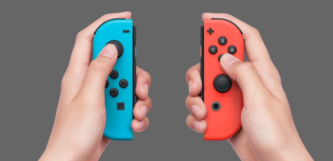 nintendo switch joy con colorati in mano